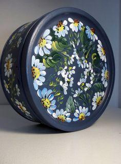 Una lata vintage base pintada con varias capas de una pintura de acrílico azul alta calidad. Ha sido pintado con pintura esmalte acrílico a mano. Es una lata estilo jardín feliz Margarita. La cubierta ajusta a snuggley.