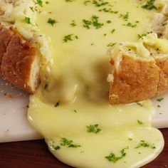 The ULTIMATE cheesy bread. Basalmic vinegar and brie go excellently together! It's one of my favorite snacks. Tasty Videos, Food Videos, Cooking Videos Tasty, Kids Videos, Food Blogs, Appetisers, Appetizer Recipes, Party Appetizers, Brie Cheese Recipes