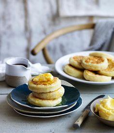 外はカリッと中はもちもちのイギリス版パンケーキ「クランペット」をご存知ですか?一度味わえばやみつきになってしまう美味しさ満点の「クランペット」のレシピをご紹介します。