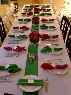 Simplicité traditionnelle—Le vert et le rouge sont les vedettes de cette tablée simple mais festive. Voir l'épingle Pinterest