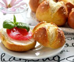 Uwielbiam domowe pieczywo i często piekę zarówno chleb, zwłaszcza mój ulubiony polski na zakwasie, ale także różne bułki. Te szczególnie polecam ze względu na ich oryginalny smak ;)