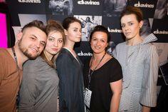 Zespół fryzjerów Davines i Rafała Potomskiego (AtelieRPotomski, Kraków) przygotowuje fryzury podczas Fashion Expo w Szczecinie. W trakcie przerwy. Na zdjęciu: Błażej żabicki, Klaudia Mrozik, Katarzyna Kałamała z Salonu Diva, Pszczyna  #davinespolska #szczecin #pszczyna  #fashionexpo #hair #hairdo #fashionshowing #catwalk #backstage