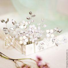 Купить или заказать Свадебный гребень с цветами. Гребень для свадебной прически невесты. в интернет-магазине на Ярмарке Мастеров. Свадебный гребень, гребень для прически невесты, украшение свадебное, свадебная прическа, украшение в волосы для невесты. _________________________ Чудесный свадебный гребень из кристальных стразов, опаловых с золотистым подсветом стразов, прозрачных бусин, мутно-опаловых бусин, радужных бусин. Изысканное сочетание нежных цветов и кристальных листиков. Длина…