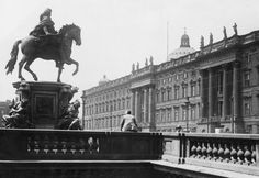 Das Stadtschloss. Im Vordergrund das Denkmal des großen Kurfürsten auf der Rahthausbrücke. Berlin, 1934. o.p.