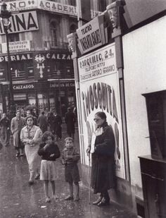 Lotera ciega vendiendo en la calle.1950