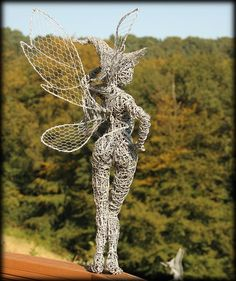 Wire Sculptures with a Twist by Robin Wight 12 Wire Sculptures with a Twist by Robin Wight Mehr Robin Wight, Sculpture Art, Wire Sculptures, Outdoor Sculpture, Abstract Sculpture, Bronze Sculpture, Chicken Wire Art, Fantasy Wire, Waste Art