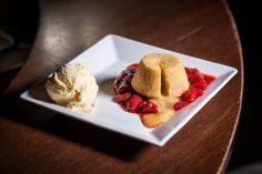 Petit Gateau de Chocolate Branco com calda de morangos frescos e sorvete de creme http://www.basementpub.com.br/cardapio