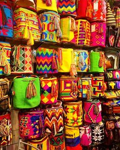 Amazing crafts in Villa de Leyva, Boyacá. Colombia is fammous for he colorful bags tht according to a legend for the first time were woven in Northern Colombia. Nowadays, they are a favorite souvenir of many international travelers. Fun Crafts, Arts And Crafts, Amazing Crafts, Estilo Hippie, Boho Bags, Tapestry Crochet, Basket Weaving, Handicraft, Bunt