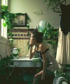 Ivy Boudoir, un baño de lo más romántico con verde en cada esquina.