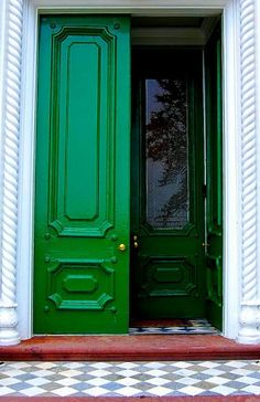 Our next front door color: Kelly Green door Green Front Doors, Front Door Colors, Blue Doors, Beautiful Front Doors, Grand Entrance, Color Of The Year, Kelly Green, Entry Doors, Exterior Doors