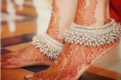 jhanjar anklets Trending Bridal Indian anklet Ideas - BRIDAL PAYAL designs you'll LOVE for the Big Day Put your best foot forward pick your Indian bridal anklet from stunning bridal payal designs for your big day from our editors pick of bridal jewellery Payal Designs Silver, Silver Anklets Designs, Silver Payal, Anklet Designs, Ring Designs, Fancy Jewellery, Gold Jewellery Design, Stylish Jewelry, Gold Jewelry