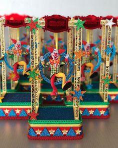 Nenhuma descrição de foto disponível. Farm Themed Party, Carnival Themed Party, Carnival Birthday Parties, Circus Birthday, Farm Party, Circus Party, Party Themes, Clown Party, Birthday Party Centerpieces