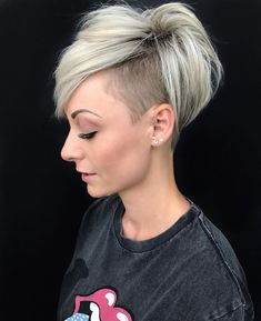 58 Pixie Cut Hairstyles That Will Inspire You to Go Short These trendy Hairstyles ideas would gain you amazing compliments. Short Punk Hair, Funky Short Hair, Short Hair Undercut, Short Thin Hair, Short Grey Hair, Short Hair Cuts For Women, Short Pixie, Short Hair Styles, Pixie Cut