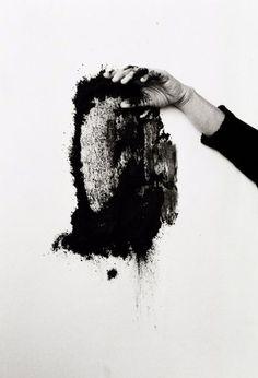 """Helena Almeida Saída Negra / Black Exit, 1995, nesta pintura uma certa """"habitação"""", com expressividade, o corpo da artista é o elemento nuclear da sua obra que a tal ponto afirma """"A minha pintura é o meu corpo, a minha obra é o meu corpo""""."""