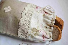 French natural linen and floral fabric drawstring bread bag, entirely lined , adorned with a rustic cotton lace. A typical French cottage chic gift, perfect for bread or other products storage. Sewing Projects, Diy Projects, Bread Bags, Hani, Fabric Bags, Shabby Vintage, Natural Linen, Purses And Bags, Household