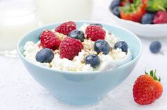 Clean Lunches In Under 10 Minutes 21 Clean Eating Lunches Cottage cheese, berries and Clean Eating Lunches Cottage cheese, berries and nuts! Healthy Pregnancy Snacks, Healthy Snacks, Healthy Recipes, Healthy Eating, Protein Rich Snacks, Protein To Build Muscle, Clean Lunches, Nutrition Month, Health Desserts