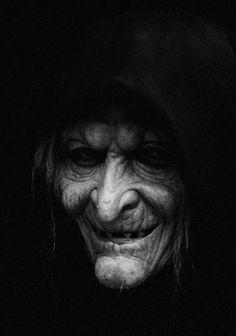 🌹S halloween photography horror Arte Horror, Horror Art, Vintage Witch Photos, Arte Cholo, Satanic Art, Evil Art, Creepy Photos, Dark Art Drawings, Witch Art