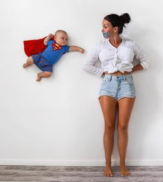 18 ideas funny baby photoshoot mom for 2019 Superman Baby, Bebe Superman, Superman Wedding, Mom And Baby, Baby Love, Funny Babies, Cute Babies, Baby Kalender, Monthly Baby Photos
