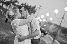 Karen e Fernando namoraram, terminaram, voltaram, enfim, casaram. Um casamento que pra ser pequeno, acabou sendo casório pra 300 pessoas. Vem ler!
