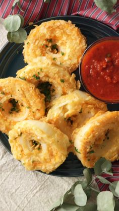 Baked Onion Cheese Rings ~ Recipe is part of Baked onions - Recipe with video instructions Why make normal onion rings when you can make them crusted with potato chips and filled with cheese Ingredients 1 small pack of potato chips, 1 onion, 1 slice Vegetable Recipes, Vegetarian Recipes, Healthy Recipes, Easy Recipes, Healthy Drinks, Beef Recipes, Chicken Recipes, Potato Recipes, Vidalia Onion Recipes