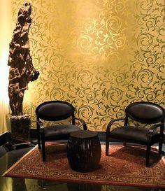 Márcia Franchini é autora desse espaço, onde o destaque é o papel deparede do modelo Brocante, da Alamanda. A escultura de casca de árvore éda paisagista Márcia Durão, contrastando com as cadeiras da A Especialista. Otapete clássico arremata, da Pazyryk.