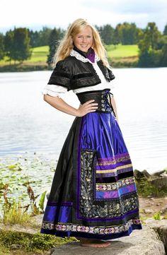Contemporary Norwegian folklore by Lise Skjåk Bræks | nye festdrakter - Et eventyr i farger og stoffer - Hjemmet