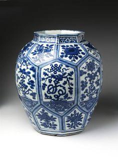 Jar    Place of origin:  Jingdezhen (made)    Date:  1550-1580 (made)