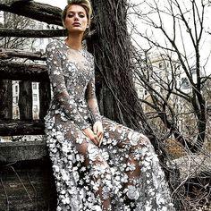 @ralphandrusso #fashiondress #bridalgown #bridalgown #bridaldress #weddingstyle #weddinginspo #evening #eveningdress #event#vestido#veil#party#flowers #handmade #hairstyle #hautecouture #couture #embroidery #lace