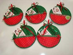 Artesanato de Natal 6                                                                                                                                                                                 Mais Christmas Cds, Quilted Christmas Ornaments, Christmas Sewing, Christmas Cards To Make, Homemade Christmas, Christmas Decorations, Old Cd Crafts, Felt Crafts, Christmas Bazaar Ideas