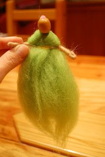 tutorial wool roving doll http://www.mamamoontime.com/2010/06/how-to-make-winter-wattle-fairy-doll.html