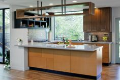 Beautiful Home Remodeling Project in Retro Modern Design : Stylish Kitchen Design With Hanging Storage Retro Modern House Mid Century Modern Kitchen, Mid Century Modern Design, Open Plan Kitchen, New Kitchen, Stylish Kitchen, Kitchen Ideas, Small U Shaped Kitchens, Tiny Kitchens, Kitchen Arrangement