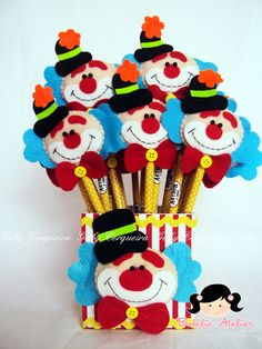 Caixa em mdf coberta de tecido100% algodão, decorada de  Palhaçinho confeccionados em feltro. Clown Party, Circus Theme Party, Circus Birthday, Party Themes, Foam Crafts, Diy And Crafts, Pencil Toppers, Felt Decorations, Ideas Para Fiestas