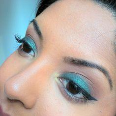 #motd is a smokey green look using @themakeupgeek  shadows:  Peach Smoothie (brow bone) Cocoa Bear (crease and lower lid) Envy (entire lid) Gold Digger (inner corner)  #crueltyfree #makeup #makeuplook #wingedliner #falllook #fallmakeup #makeupgeek #fotd #brownskin #blackeyes #hotashi