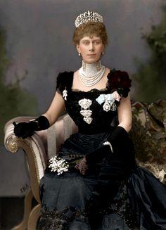 Maria Teck (1865 - 1953), żona Króla Wielkiej Brytanii Jerzego V, (rodzice: Franciszek Paweł, pierwszy Książę Teck i Maria Adelajda Cambridge, kuzynka Królowej Wiktorii).