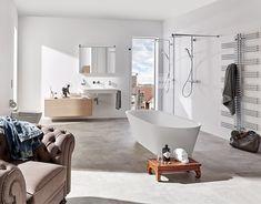 Badidee - Wohnliches Ambiente  Wenn sich der Lieblingssessel im Bad einladend breitmacht und schöne Trouvaillen den persönlichen Stil zum Ausdruck bringen, wird das Bad zum Wohlfühlraum. Selbst die freistehende Badewanne ist nicht blosse Ausstattung sondern wird als form- schön integrierter Teil der Einrichtung wahrgenommen.  Lass auch Du dich inspirieren. Dein bautrends.ch - Inspirationsteam . . #bad #badidee #badideen #badewelten #bautrends #badewanne #dusche #duschwc