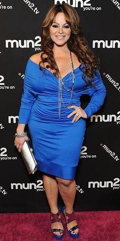 JENNI RIVERA    La cantante se vistió de azul para asistir al estreno de la nueva temporada de su reality, I Love Jenni (mun2), que se celebró en Hollywood. La intérprete le dio toques metálicos a su atuendo con accesorios plateados y unas sandalias azules con detalles en metal.