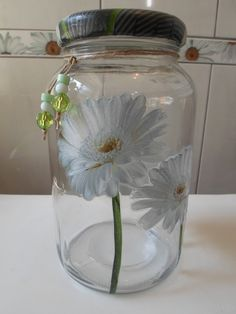 Pote de vidro utilitário e decorativo com aplicação de decoupage na frente, tampa de biscuit com decoupage.  O modelo do vidro é de palmito com a tampa de boca larga que mede 10 cm (a tampa é de metal).