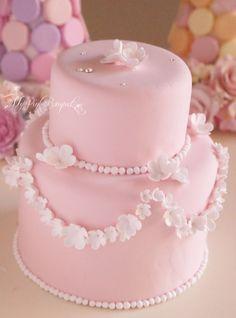 ピンクベースのクレイケーキに大小サイズ違いの小花をデザインしました。ランダムに散らした小花も可愛いですが、このようにデザインするもの可愛いです。