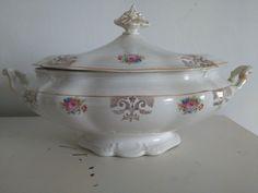 Bonita sopera.porcelana.san Claudio.s.xx.detalles florales y oro.perfecto estado. Precio 49€ Telefono 670794048, Maria