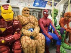 Je ne sais pas ou a été prise cette photo et pour quelle occasion (peut être Londres et pour Halloween), mais j'aurais adoré voir cela de mes propres yeux. Le costume de Iron Man est génial même si sa tête est un peu trop grande? D'ailleurs, comme vous le savez, le Iron Man 2 arrive en [...] - Super héros dans le métro