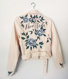 "Painted Leather Jacket + Wedding Dress = Awesome ~ Bash Creative Design's custom ""Mrs"" jacket with hand painted flowers Painted Jeans, Painted Clothes, Hand Painted, Painted Leather Jacket, Custom Leather Jackets, Wedding Jacket, Wedding Dress, Wedding Veils, Painting Leather"