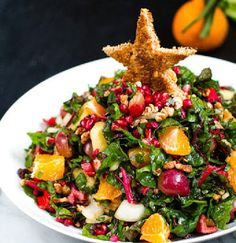 vegan: christmas tree salad with pomegranate, pecans and raw chard. Healthy Salads, Healthy Eating, Christmas Dinner Side Dishes, Xmas Dinner, Desserts Crus, Raw Food Recipes, Healthy Recipes, Delicious Recipes, Vegan Christmas