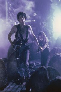 Aliens: Ripley (Sigourney Weaver) and Newt (Carrie Henn) in the aliens' nest inside the atmosphere processor on Alien Film, Alien 2, Alien Vs Predator, Aliens 1986, Aliens Movie, Fantasy Movies, Sci Fi Movies, Space Movies, Fiction Movies