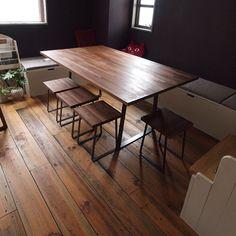 前回に引き続きみゆう設計室 @miyu_d 事務所の打ち合わせテーブルのご紹介 . このテーブルは鉄の脚を製作して頂いたのですがシャープなラインを出すフラットバーを使って女性らしい曲線を描き細いラインのバーを渡してテーブル下の荷物置き場にしています . またこのテーブルの脚は四方から足を入れやすいデザインにしています 講座やパーティを開くと10人以上がテーブルを囲める優れもの テーブルと同じデザインのスツールが鉄の脚の間におさまるので普段はすっきり片付く打ち合わせテーブルです