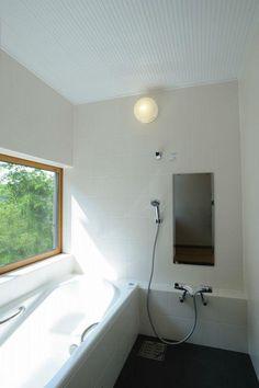 トイレ/バス事例:大きな窓のある浴室(大屋根造りの家)