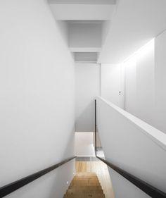 Descubra fotos de Corredores, halls e escadas modernos: Corredor. Encontre em fotos as melhores ideias e inspirações para criar a sua casa perfeita.