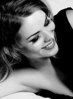 """""""Que a vida lhe traga sorrisos. Fazendo de seus dias, jardins de encantos. Pequeninos canteiros de felicidade."""""""