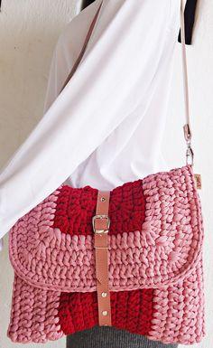 Bolsa de crochê confeccionada artesanalmente com Fio de Malha, 100% Resíduos Têxteis. Forrada com tecido 100% algodão. Costura reforçada. Alçade ombro em korino. <br>PEÇA EXCLUSIVA SÓCROCHÊ. DESIGNER Gladys Carneiro.