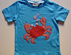 Camiseta azul con cangrejo de aplicaciones patchwork en rojo
