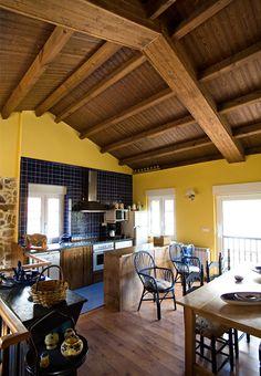 Cocina rústica con paneles sándwich THERMOCHIP® TAH con acabado en Lasur Nogal | #madera #paneles #techos #cocina #deco #thermochip #design